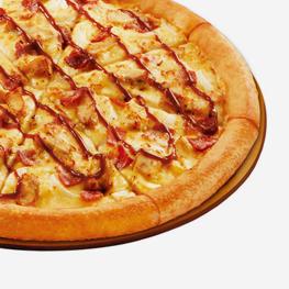 <p>烤鸡肉、培根和洋葱的组合在鲜香BBQ酱的配衬下更浓郁诱人,美味无法抵抗。</p>