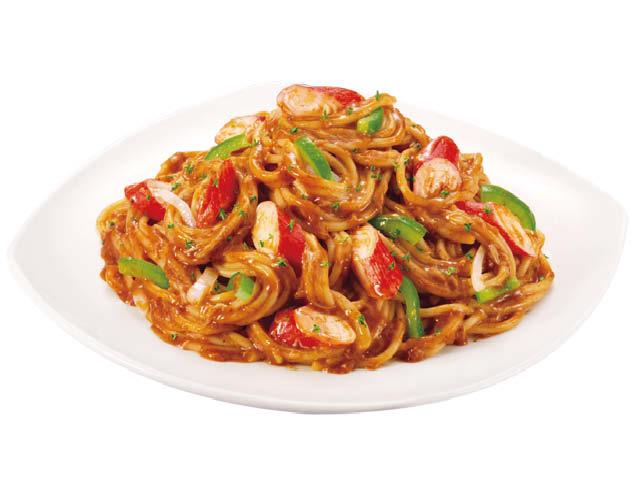 <p>蟹肉配搭鲜爽的洋葱、青红椒条与荷兰芹碎,将东南亚别具特色的香辣融入意面。</p>